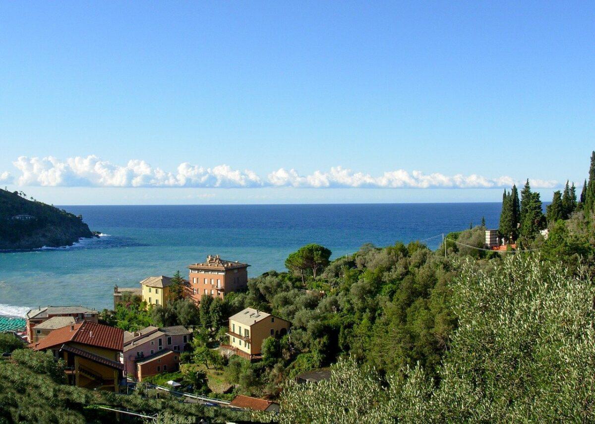 Vacanze a Bonassola: spiaggia e l'abbraccio del mare della Riviera Ligure di Levante