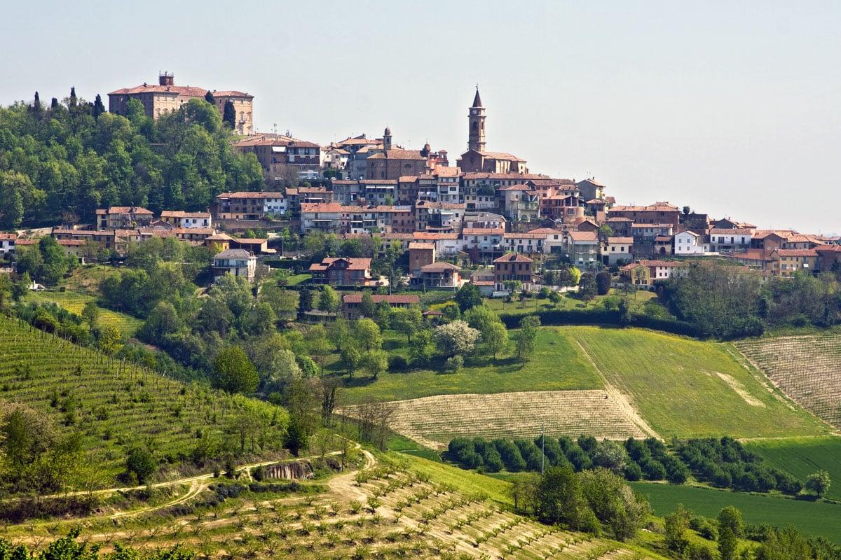 Visitare Govone: dove si trova e cosa vedere nel borgo che ospita il vero villaggio di Babbo Natale in Italia